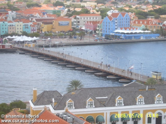 The Queen Emma bridge unite the two sides of Curaçao